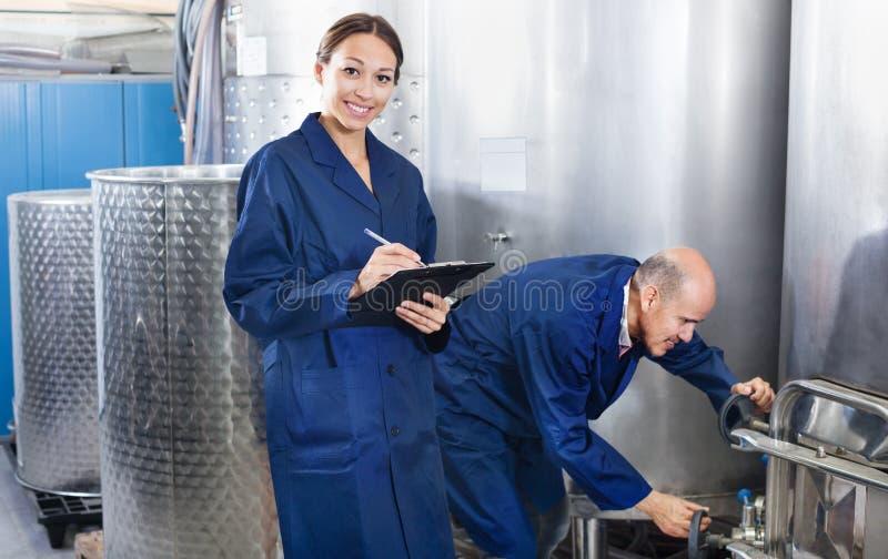 Femme et homme debout dans la section de fermentation photographie stock libre de droits