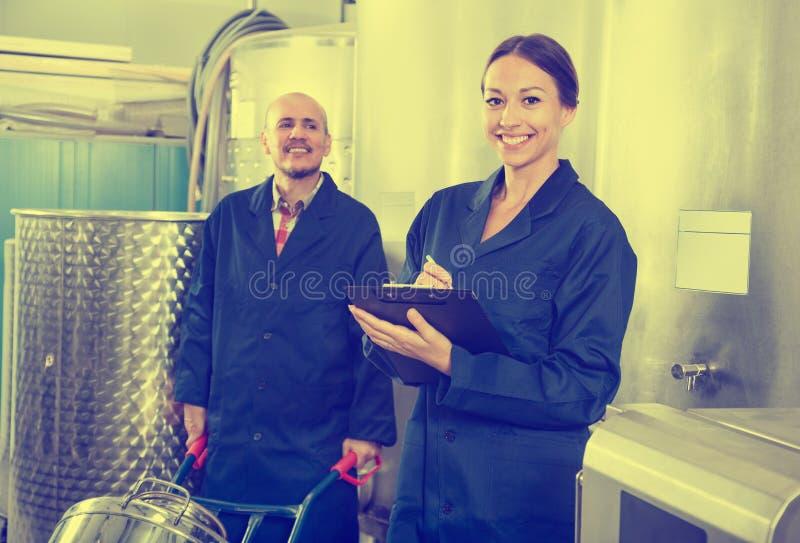 Femme et homme debout dans la section de fermentation photo libre de droits