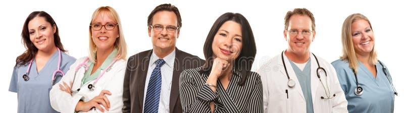Femme et homme hispaniques avec des médecins ou des infirmières photographie stock libre de droits