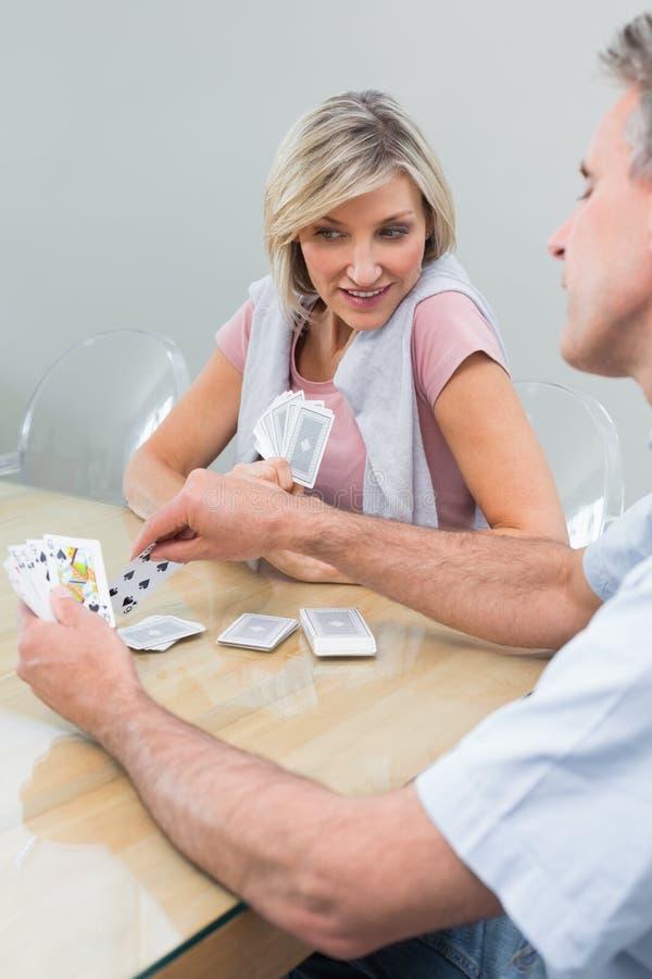 Femme et homme jouant des cartes à la maison photo libre de droits