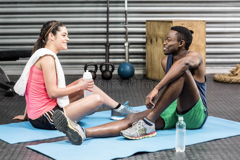 Femme et homme parlant sur la serviette de sport photo stock