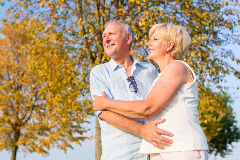 Femme et homme supérieurs, couple, s'embrassant images stock