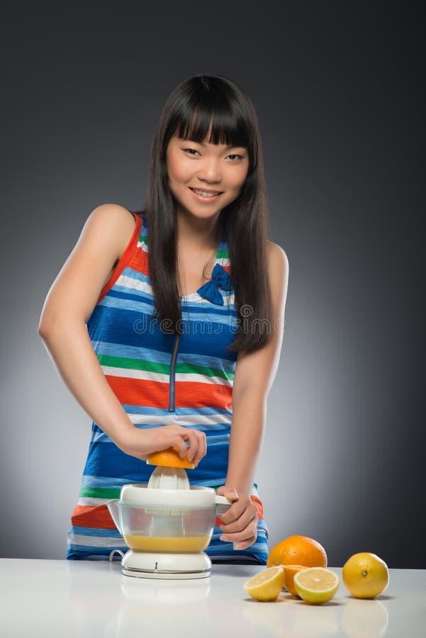 Femme et jus asiatiques photo libre de droits
