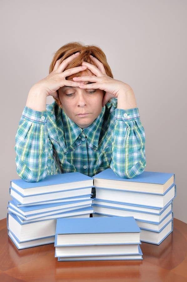 Femme et livres fatigués photo libre de droits