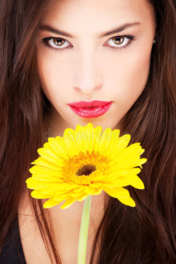 Femme et marguerite jaune photo stock