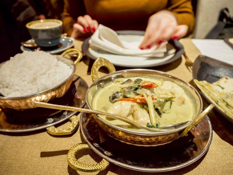 Femme et nourriture indienne dans un restaurant photos libres de droits