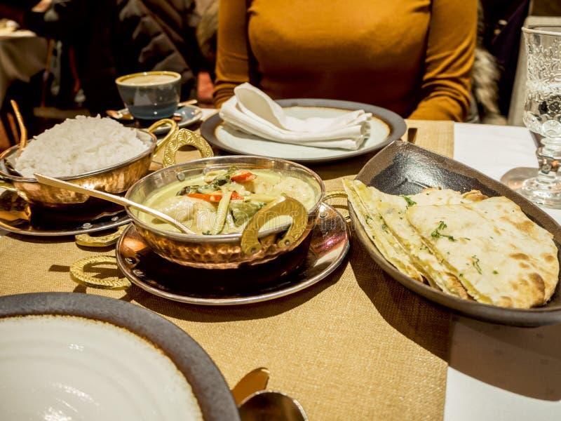 Femme et nourriture indienne dans un restaurant image stock