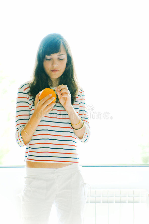 Femme et orange photo stock