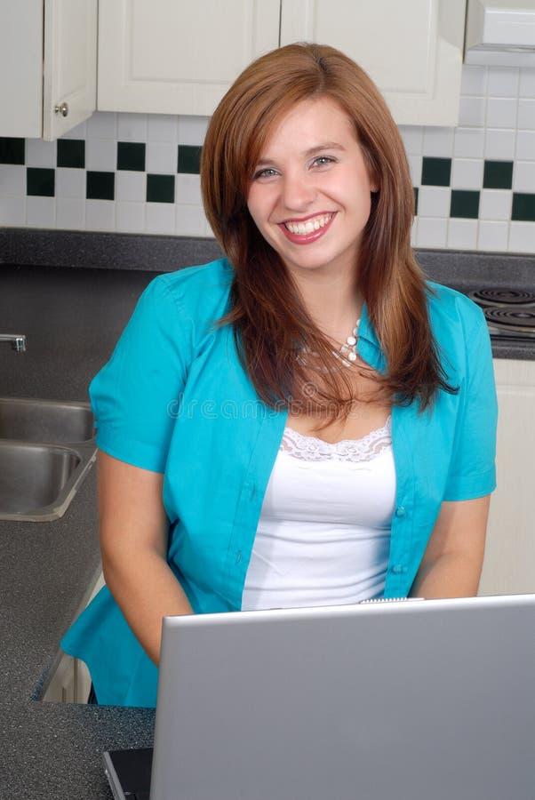 Femme et ordinateur portatif photographie stock libre de droits