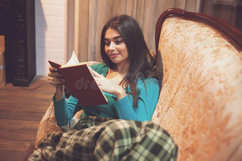 Femme et pages intéressantes du ` s de livre image stock