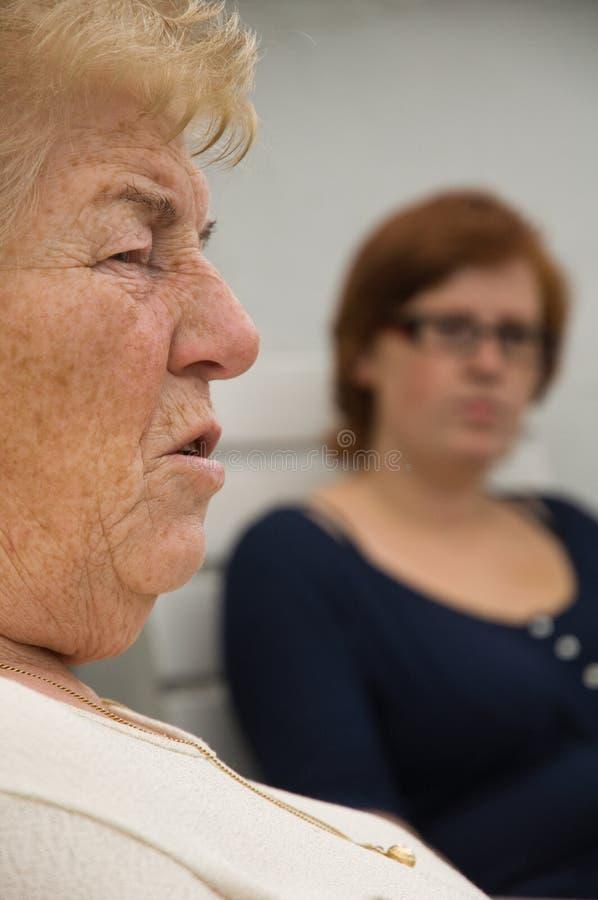 Femme et petite-fille aînées images libres de droits
