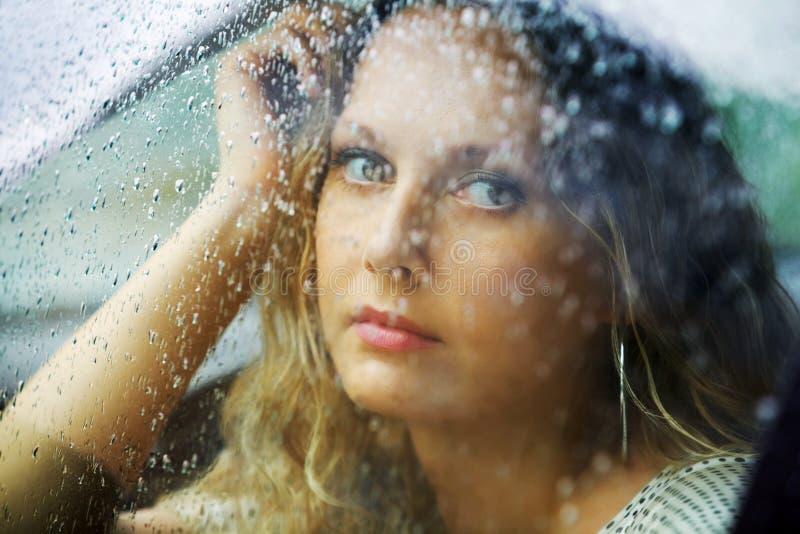 Femme et pluie. photo stock