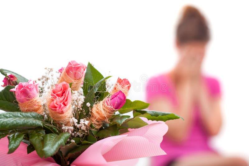 Femme et roses malheureuses photographie stock libre de droits