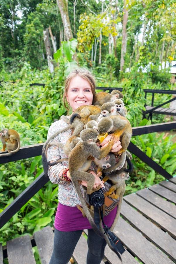 Femme et singes-écureuils photos libres de droits