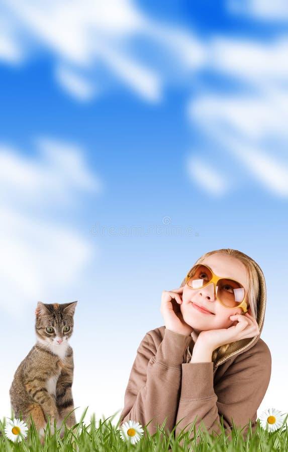 Femme et son chat dans l'herbe sur un pré photographie stock