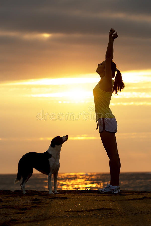 Femme et succès et sport de chien image stock