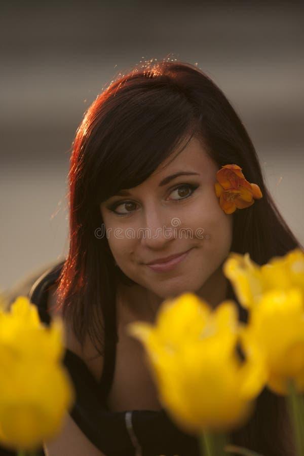 Femme et tulipes jaunes photo libre de droits