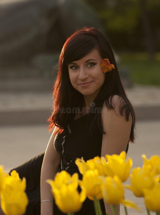 Femme et tulipes jaunes image libre de droits