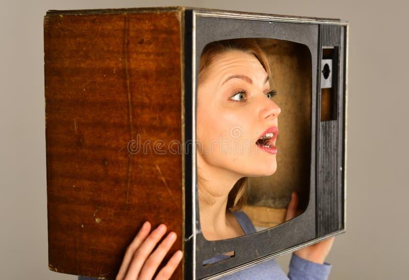 Femme et TV femme étonnée dans la TV exposition de TV avec la femme poste TV de prise de femme sur la tête Rien à observer photographie stock libre de droits