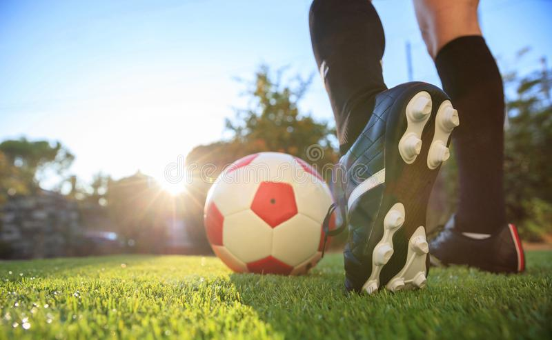 Femme et un ballon de football sur l'herbe image libre de droits