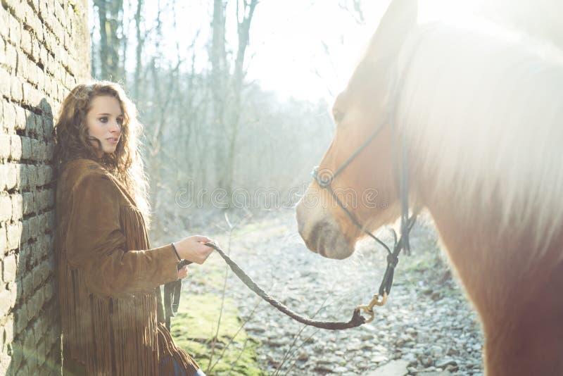 Femme et un cheval images libres de droits