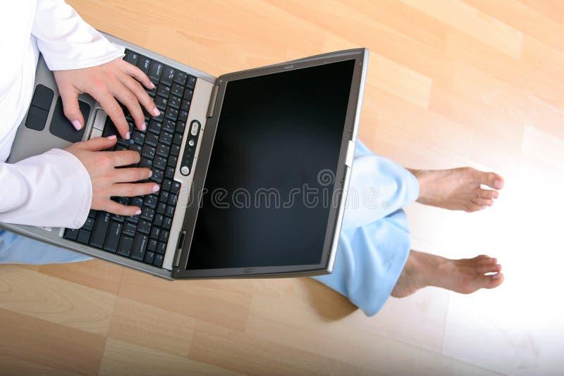 Femme et un ordinateur portatif image stock