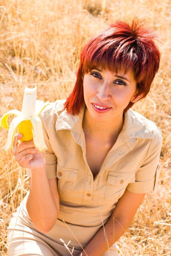 Femme et une banane photos stock