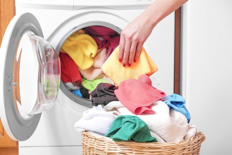 Femme et une machine à laver image stock