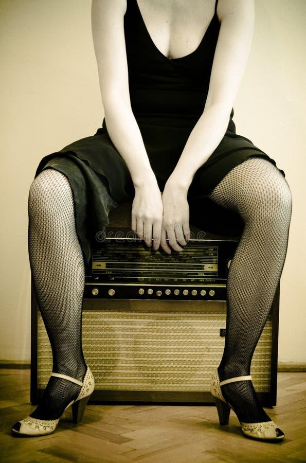 Femme et une vieille radio photos libres de droits