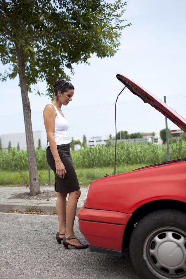 Femme et véhicule cassé