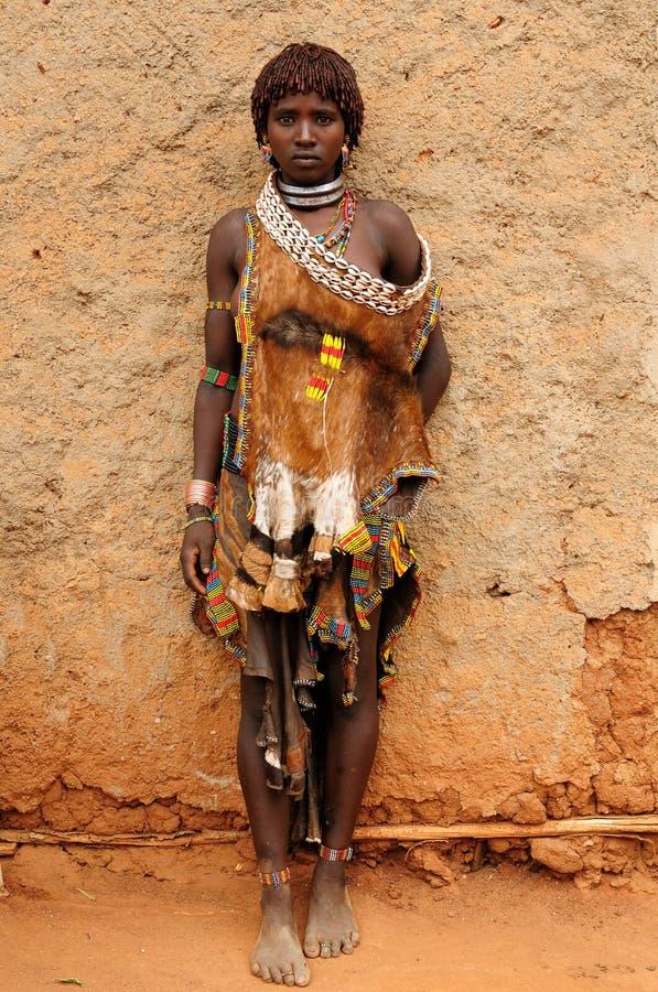 Femme ethnique de Hamer dans la robe traditionnelle d'Ethiopie photo libre de droits