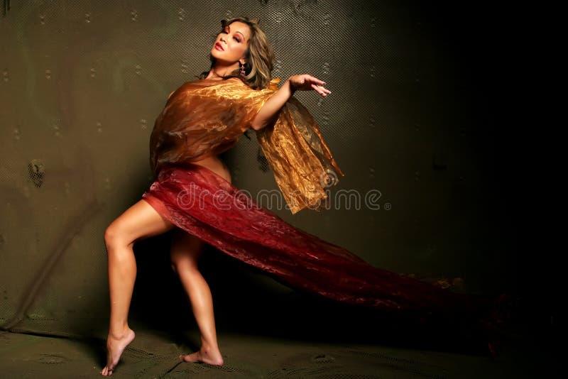 Femme ethnique en soie photo libre de droits