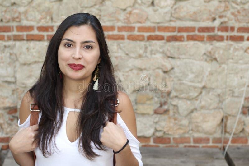 Femme ethnique gaie avec l'espace de copie photos stock