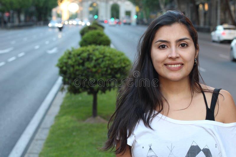 Femme ethnique magnifique souriant avec l'espace de copie photographie stock
