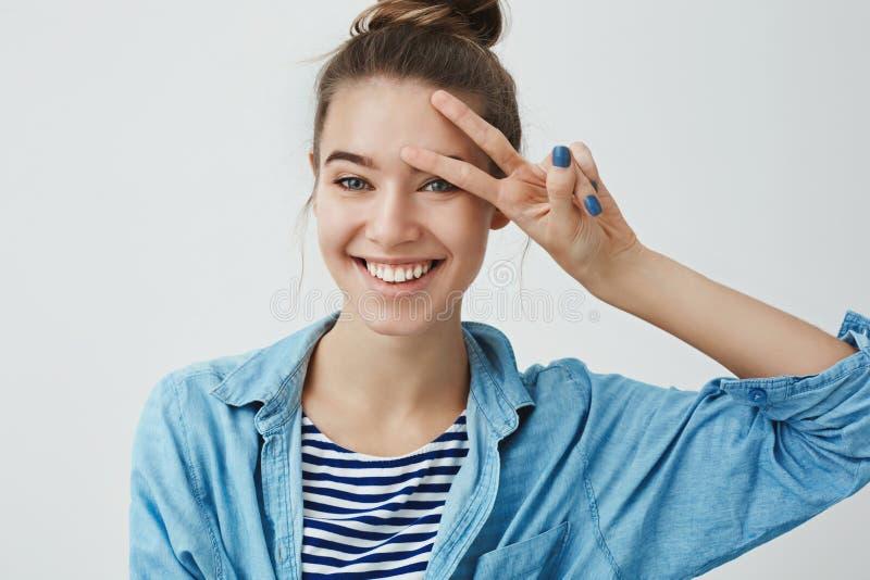 Femme européenne attirante enthousiaste aspirante insouciante de tir de studio de taille- jeune souriant dents franchement blanch photo libre de droits