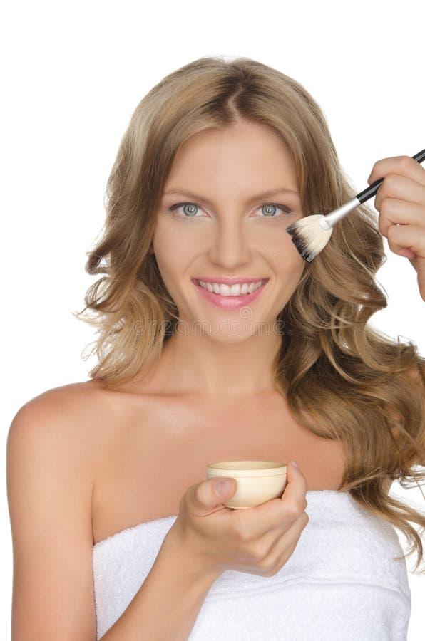 Femme européenne hydratant sa peau avec de l'huile images stock