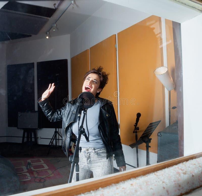 Femme exécutant dans le studio d'enregistrement vu  photos libres de droits