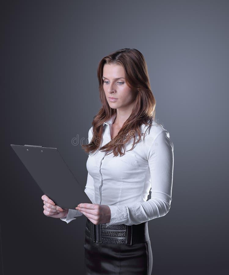 Femme exécutive d'affaires lisant un document d'entreprise photographie stock libre de droits