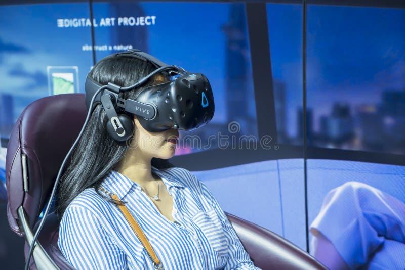 Femme examinant un simulateur moteur à GIIAS photo libre de droits