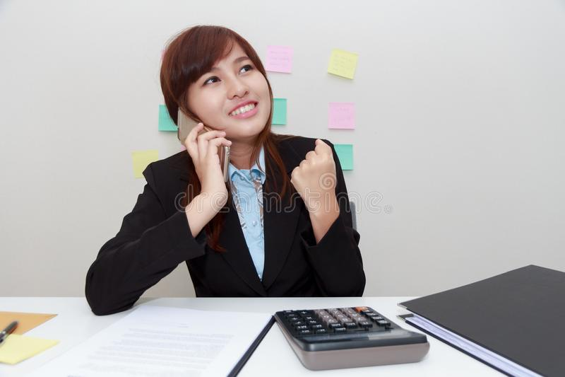 Femme excitée ou étonnée d'affaires parlant avec quelqu'un sur smar image stock