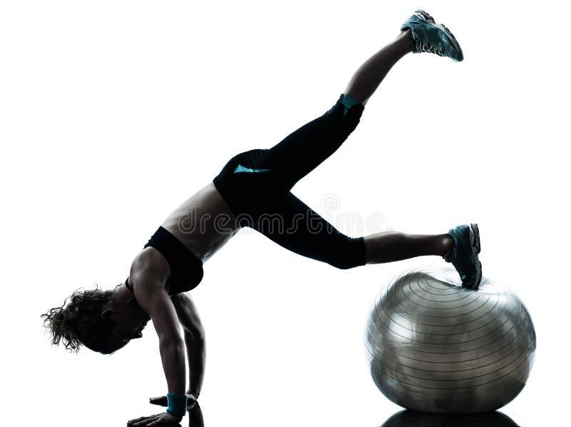 Femme exerçant la séance d'entraînement de bille de forme physique photo libre de droits
