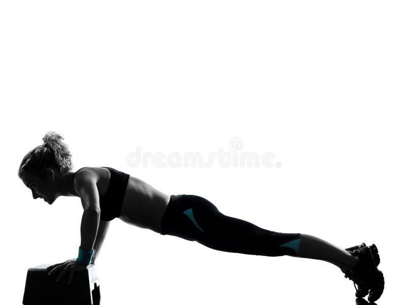 Femme exerçant la séance d'entraînement de forme physique de pousées photo libre de droits