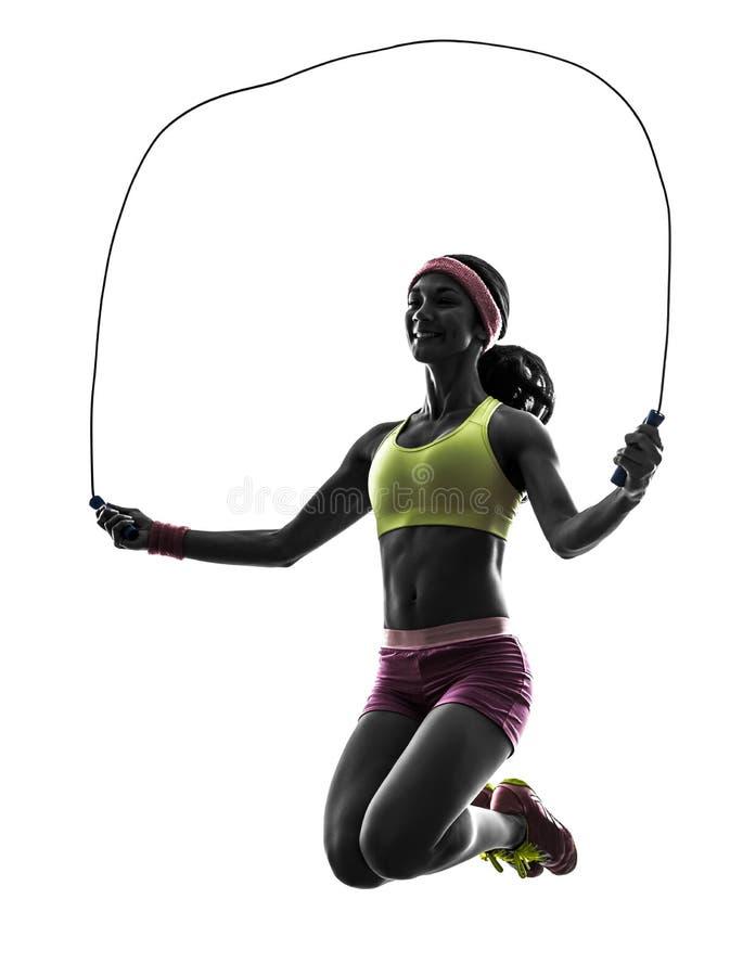 Femme exerçant la silhouette de corde à sauter de forme physique image libre de droits