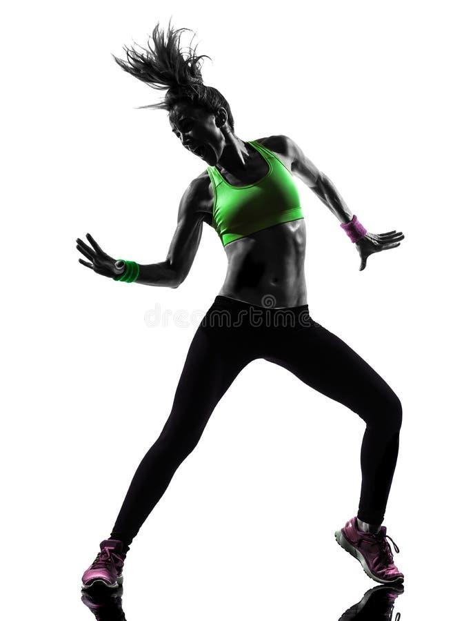 Femme exerçant la silhouette de danse de zumba de forme physique image stock