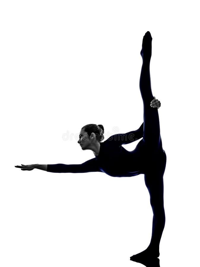 Femme exerçant la silhouette de yoga de pose de danseur de Natarajasana photo libre de droits