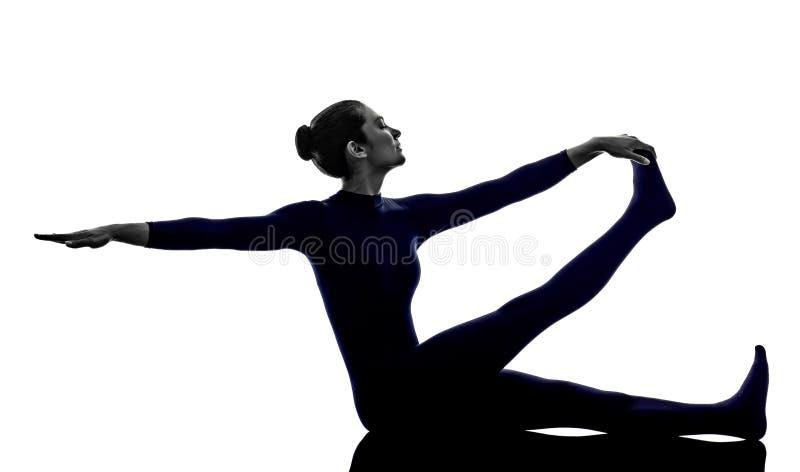 Femme exerçant la silhouette de yoga de pose de héron de Krounchasana image libre de droits