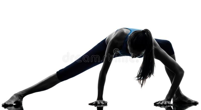Femme exerçant le yoga étirant la silhouette d'échauffement de jambes photo libre de droits