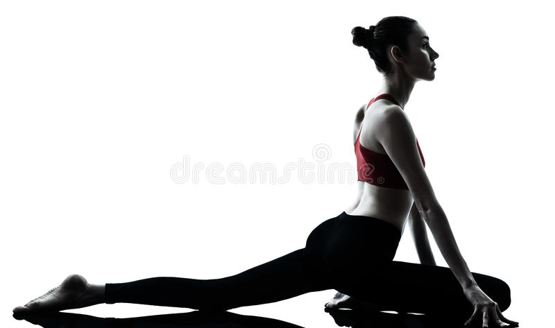 Femme exerçant le yoga photographie stock