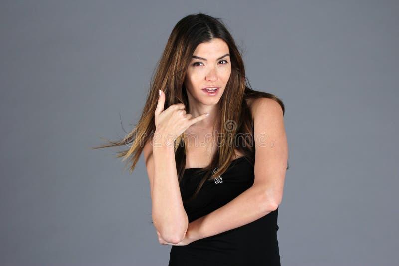 Femme exotique faisant le signe d'appel téléphonique photographie stock libre de droits