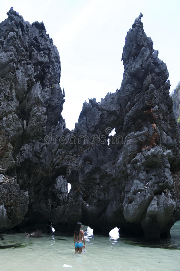 Femme explorant des formations de roche de nido d'EL palawan photographie stock